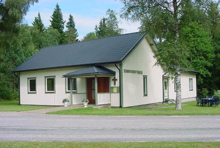 Kyrkan fotad från vägen